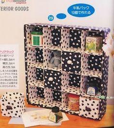 Prateleira para makes, utilizando caixas de leite cobertas com tecido!