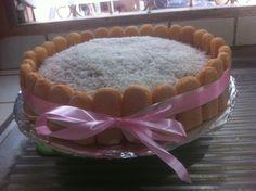 Pastel Carlota de vainilla con relleno de mermelada de Guayaba, decoración: kiwi, coco y fresa.