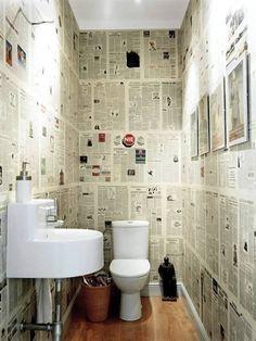 Banheiro decorado com jornais. E não é que ficou lindo!