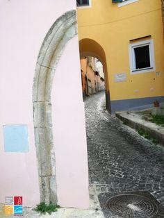 Dettagli di illusione prospettica, tra i vicoli del borgo di Terramurata a Procida.