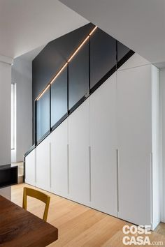 Light strip under the handrail Home Stairs Design, Loft Design, Modern House Design, Kitchen Under Stairs, Under Stairs Cupboard, Staircase Storage, Stair Storage, Ideas Recibidor, Piano Stairs