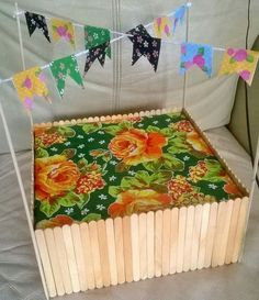 Enfeites com palitos de picolé para festa junina Popsicle Crafts, Craft Stick Crafts, Diy And Crafts, Diy Banner, Lollipop Sticks, Mexican Party, Acrylic Colors, Design Crafts, Decorative Boxes