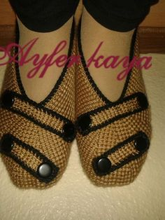 This Pin was discovered by HUZ Knit Shoes, Crochet Shoes, Crochet Slippers, Sock Shoes, Smocking Patterns, Baby Knitting Patterns, Hand Knitting, Crochet Men, Tunisian Crochet