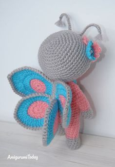 Muñeca en traje de mariposa - patrón de amigurumi gratis
