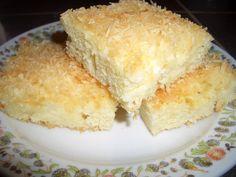 Vejce + 1 vanilka + 1 hrn. moučky vyšleháme, přidáme 2 hrnky hladké mouky, pr. do peč., 1 hrn. vlažného mléka. Smícháme a nalijeme do dortové... Czech Recipes, Ethnic Recipes, Eastern European Recipes, No Bake Pies, Thing 1, Cornbread, Vanilla Cake, Sweet Recipes, Food And Drink