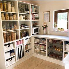 Un ejemplo de un lugar para cada cosa y cada cosa en su lugar! ( ・・・ I love this custom pantry by It has a place for EVERYTHING! Kitchen Pantry Design, Kitchen Organization Pantry, Home Organization, Kitchen Decor, Organized Pantry, Pantry Ideas, Organizing, Kitchen Butlers Pantry, Kitchen Drawers