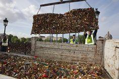 La mairie de Paris a tué l'amour ce lundi en enlevant les milliers de cadenas accrochés au Pont des Arts.