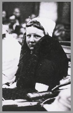 Prinses Juliana in Zeeuwse klederdracht 1924 #Zeeland #Axel