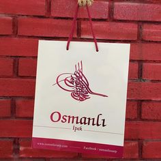 @osmanliesarp Karton poşet  Yazılar özel varak baskı Parlak selefon Polyester ip, el ile düğümlenmiştir.  #reklamposeti #kartonpoşet #printedbags #kraftpaper #boxes #ottoman #turkey #fatih #umraniye #silkhome #levidor