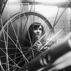 """""""Selfie au vélo""""  Je mets mon vélo dans mon ascenseur tous les matins et tous les soirs. Parce que je ne veux pas laisser ma bicyclette dehors, que j'ai peur qu'on me la pique et qu'elle est mieux au chaud à l'abri des intempéries. Du coup, j'ai fait un article sur toutes les choses que j'aurais aimé qu'on m'indique quand j'ai commencé à faire du vélo et j'ai compilé tout ça en 5 conseils pour faire du vélo à Paris (ou dans n'importe quelle ville d'ailleurs) et c'est sur mon blog 😁🚲…"""