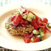 Kichererbsenbratling mit buntem Salat