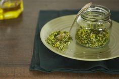Tempero Gremolata   Panelinha - Receitas que funcionam 3 limões sicilianos 20 folhas de salsinha fresca  3 dentes de alho  1 pitada de sal
