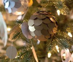 Veja como fazer bolas de Natal com papel metálico para dar um ar elegante na decoração para o Natal e o Ano Novo!