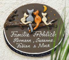 Beschriftetes Keramik Türschild Katzenfamilie - Die niedliche Katzenfamilie sitzt auf dem Baum und sieht verträumt in den Himmel. Das Türschild verrät den Gästen, wer hier zu Hause ist.