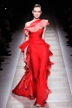 Valentino haute couture Red Gown ♔ ~¸. Red Fashion, Couture Fashion, Fashion Show, Fashion Design, Style Fashion, Fashion Details, Runway Fashion, Beautiful Gowns, Beautiful Outfits