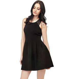 Das Kleid mit rundem Ausschnitt zeichnet sich vor allem durch den weichen Viskosemix aus, aus dem es gefertigt ist