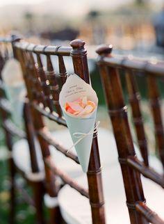 Pour que chaque invité dispose de son cornet de confettis ou de pétale pour célébrer les mariés
