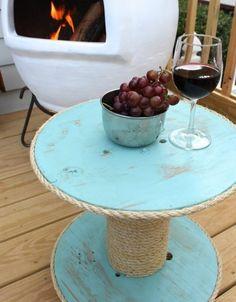 idée-de-table-basse-touret-patiné-couleur-bleue-et-de-la-corde-enroulée-autour-une-cheminée-barbecue-exterieur-amenagement-terrasse