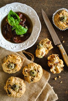 Moist savory muffins with sun-dried tomatoes and olives |VeganSandra - tasty, cheap and easy vegan recipes by Sandra Vungi