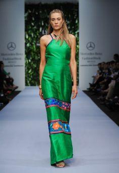 Vestido de fiesta largo en color verde intenso con bordados artesanales en franjas - Foto Mercedes Benz Fashion Week México