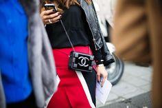 Bolso negro con cadena de Chanel