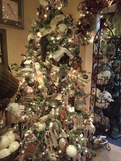 Colorful Christmas Tree, Christmas Tree Themes, Christmas 2014, All Things Christmas, Holiday Decor, Christmas Mantels, Christmas Wreaths, Woodland, Garland