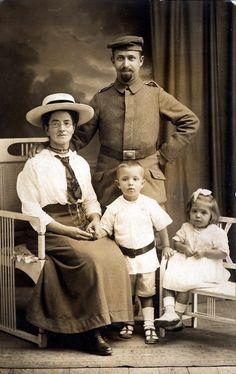 Fronturlaub, Soldat im 1. Weltkrieg mit Familie – Chroniknet.com