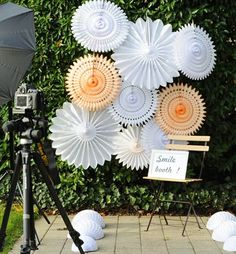 How to decorate your wedding with paper lanterns Garden Party Decorations, Wedding Decorations, Diy Backdrop, Backdrops, Diy Wedding, Wedding Day, Deco Champetre, Diy Photo Booth, Paper Lanterns