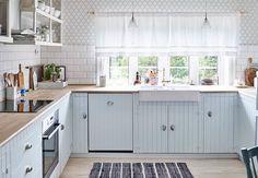 LISE DRØMTE OM DET GODE LIV PÅ LANDET: Kjøkkeninnredningen er laget av Ikea-stammer med malt faspanel som fronter. Faren til Lise har snekret de åpne hyllene og tapetet er fra Borås Tapeter. Kjøkkenet er pusset opp i tidlig 1900-tallsstil, da blått ble mye brukt for å holdene fluene borte. TIPS: Med åpne hyller på kjøkkenet kan du vise frem både det fine serviset og tapetet bak | BoligPluss