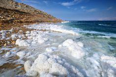 Le point émergé le plus bas : la mer Morte.(en Israël et en Jordanie). Elle est située à 400 m en dessous du niveau de la mer. Taux de salinité tellement élèvé empêchant toute vie de s y développer.