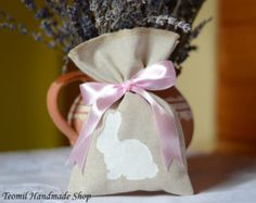 A Christening is a special time for you and your family. Let your friends and family know how much you appreciate them with these PERSONALIZED BURLAP christening favor bag. Fill them with aromatic whole coffee beans, soaps, potpourri. As late christening favors or winter baptism favors, fill the bags with forced bulbs for ideal eco friendly favors.  Each bag is 4 x 6 ( 10 cm x 15,5 cm ) SET OF 15  If you need a quantity other than shown please convo me and I will set up a special listing for…