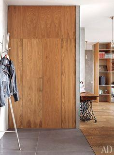 Шкаф для хранения верхней одежды имеет необычную конструкцию: его дверца складывается наподобие гармошки, что позволяет сэкономить пространство.
