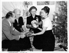 Agnes and her first husband, Jack Lee, at Christmastime with her mother and family friend. Classic Hollywood, Old Hollywood, Hollywood Actresses, Actors & Actresses, All That Heaven Allows, Show Boat, Agnes Moorehead, Orson Welles, Star Citizen