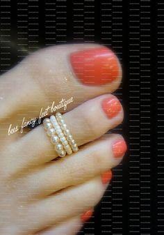 Ces perles de crème, un anneau dorteil mariage perle extensible est telle une belle façon daccessoiriser une robe de mariée, même les servantes de la mariée. Ces beaux anneaux, un sur le dessus a 2mm perles, le Centre a petit verre de crème/Ivoire perles de rocaille et le fond a des perles de 4mm en verre crème/Ivoire. Vous pouvez porter un, deux ou trois. Pour un ajustement confortable, ils sont faits de corde extensible afin quils ne blessent pas votre douces petits orteils. Ce pr...