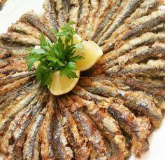 Hamsi Tava Tarifi  Omega açısından oldukça zengin olan hamsi, özellikle kalp ve damar hastalıklarından koruduğu gibi B1, B6, B12, fosfor, sodyum, magnezyum gibi bir çok vitamin ve minerali de içerisinde barındırmakta.Tam da mevsimindeyken bolca tüketilmesi önerilen deniz ürünlerinden, sağlıklı bir şekilde hamsi yemeği hazırlayalım bugün.