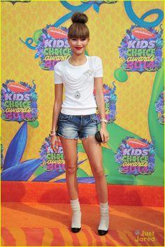 Zendaya wearing an Oscar de la Renta top and Chanel shoes at the Annual Nickelodeon Kid's Choice Awards. Zendaya Coleman, Kids Choice Awards 2014, Moda Zendaya, Celebrity Gossip, Celebrity Style, Bella Thorne And Zendaya, Zendaya Style, Zendaya Fashion, Women's Fashion