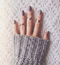 Pas besoin d'acheter du vernis à ongles mat pour adopter la tendance! Voici 2 manières ultra simples de matifier vos vernis à ongles.