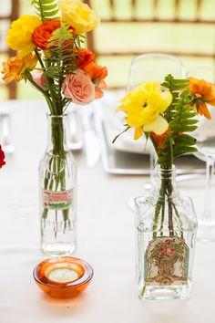 Centros de mesa que evocan frescura.  #maríalimón #floraldesign #florals #eventstyling #weddingstyling #trends #weddingdecor #summer #weddingstyle #vibrantcolors #inspiration #unique #yellow #orange #pink