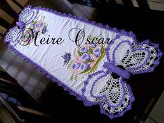Caminho de Mesa com pintura, e crochê de borboleta. <br>Feito no tecido panamá <br>Faço na cor e tamanho desejado!