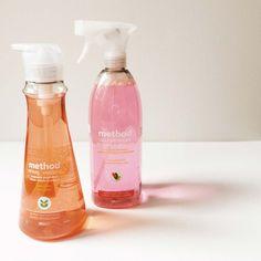 Schoonmaken met grapefruit en mandarijntjes - Method home // Ok, ik geef het toe. Deze blog schrijf ik niet omdat ik zo van schoonmaken houd. Maar de natuurlijke schoonmaakmiddelen van Method verzachten de pijn wel een beetje. Ze zien er prachtig uit en ruiken heerlijk. Mijn favorieten? Roze grapefruit handzeep en clementine afwasmiddel.
