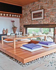 Refúgio de fim de semana homenageia jeito de morar japonês. Parede de Tijolos e Pedra, e mesa estilo oriental - Casa.com br