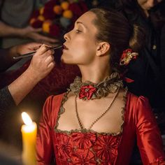 behind the scenes picture of Claire Sermonne from episode 2×04 of Outlander~~~Claire Sermonne gets a final touch up before Louise's big night