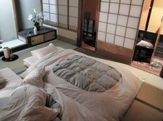 Wonderful Cool Tips: Futon Beds Guest Room metal futon twin.Futon Makeover How To Make futon dorm furniture. Japanese Apartment, Japanese Bedroom, Japanese Style House, Traditional Japanese House, Japanese Homes, Japanese Home Decor, Futon Bedroom, Futon Couch, Grey Futon