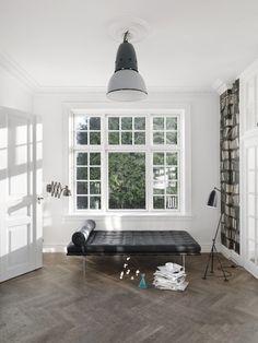 I love this couch in white.Fotografens egen scenografi - BO BEDRE