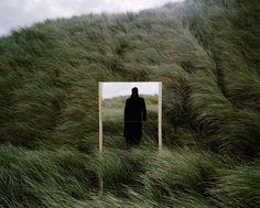 """#BLOG Dans """"Open Fields"""", le photographe français Guillaume Amat nous fait part de sa perception de la nature à l'aide de miroirs placés au coeur de ses compositions. - #grainedephotographe"""