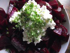 Rote Bete-Salat mit Hüttenkäse nach Jamie Oliver - http://www.rezeptefinden.de/r/rote-bete-salat-mit-h%C3%BCttenk%C3%A4se-nach-jamie-oliver-16642003.html