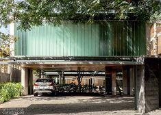 Vidros integram casa paulistana à rua e ao jardim interno