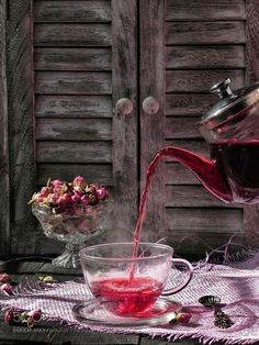 rose tea for a good looong bubble bath Kitchen Witchery, Food Test, Flower Tea, Tea Art, Rose Tea, My Cup Of Tea, Herbal Tea, High Tea, Afternoon Tea