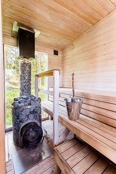 Pihasaunan puukiuas takaa pehmeät löylyt Outdoor Sauna, Outdoor Decor, Sauna House, Sauna Design, Spa Rooms, Saunas, Country Living, Decoration, Pergola