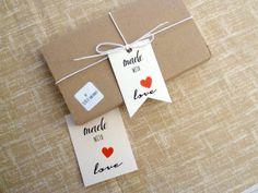"""9 CHIUDIPACCO - """"Made with Love"""" - etichette in cartoncino, con foro (4.5 x 7 e 6 x 8 cm) - cuore rosso"""